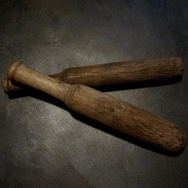 Vergrijsde houten kledingklopper.