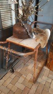 Oude industriele tafel, sidetable
